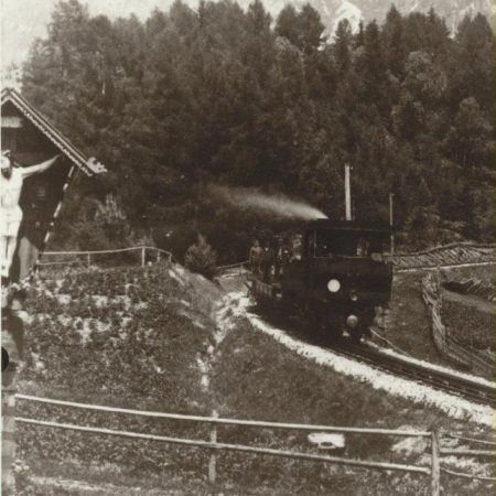 Zug auf der Zahnradstrecke zwischen Jenbach und Eben, um 1901