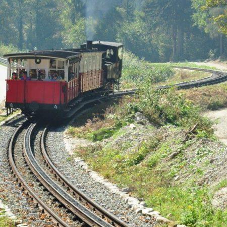 Zug auf der Zahnradstrecke zwischen Jenbach und Eben um 2010 (Foto: Achenseebahn)