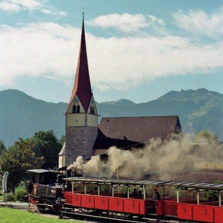 Der Ort Eben mit der Kirche im Hintergrund um 2015 (Foto Achenseebahn)