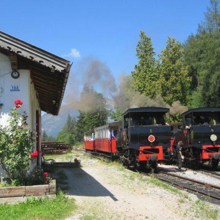Die Station Eben um 2015. Der berg- und der talfahrende Zug passieren (Foto: Achenseebahn)