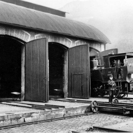 Dampflokhalle mit rechts der Schiebebühne und Lok No. 1, um 1890
